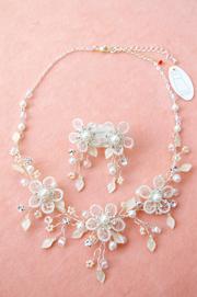 花びらの一枚一枚網目状に糸が通った繊細で優しいネックレス
