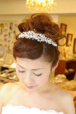 ブライダルティアラ ウエディングティアラ ヘアアクセサリー スワロフスキークリスタルとラインストーンを使用したティアラ。挙式のシーンにぴったりのティアラです。 花嫁の髪型ヘアスタイル、アレンジもご提案しています。